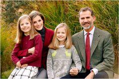 Gert's Royals (@Gertsroyals) on Twitter:  Spanish Royal Family Christmas Card 2016-Infanta Sofía, Queen Letizia, Infanta Leonor, King Felipe