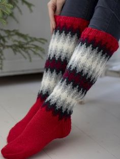 The pattern is easier than you'd guess looking at the finished socks, with colours that blend softly into one another. Knitted from Novita 7 Veljestä. Fair Isle Knitting, Knitting Socks, Free Knitting, Woolen Socks, Knitting Patterns, Crochet Patterns, Argyle Socks, Knitting Videos, Diy Clothing