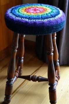 Fuente: http://thegreendragonfly.wordpress.com/2011/09/11/a-new-crochet-stool-cover/