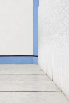 Blue and white stripes on the corner of a wall.