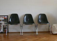 eames side chairs in schwarz mit stacking base Hier haben wir eames side chairs in schwarz mit stacking base. Sie sind in guter vintage Qualität, haben keine Risse aber sicher Gebrauchsspuren. Die Fieberglas Struktur ist sehr gut erkennbar, sehr schön einzeln oder auch in einer Reihe.  www.freigeist-desing.ch