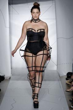 Wow! Plus-Size-Model #DeniseBidot schaffte bei der #NewYorkFashionWeek etwas, das vor ihr noch niemand geschafft hat! Was?  HIER erfahren: ► http://bit.ly/Denise-Bidot ◄