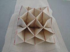 ↑ 蛇腹式カードケースの蛇腹のポケット部分の説明です。 ポケット部分の土台布 15×28センチ(4辺に1センチの縫い代をとり裁断する) 土台布の芯(不織布の薄手でサイズは ↑ と同じ) ポケット部分は裁ちきりで15×30センチを5枚用意する ↑ 土台布...