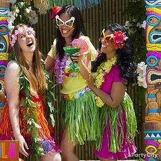 Throw an epic luau party with these awesome luau photo booth ideas. Capture smiles with ideas for beach-themed backdrops and more. Aloha Party, Hawaiian Luau Party, Tiki Party, Tropical Party, Hawaiian Decor, Vintage Hawaiian, Beach Party, Hens Party Themes, Party Ideas