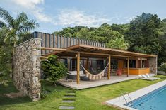 located in the northeast coast of brazil, the tropical residence features natural materials such as wood, bamboo and stone.