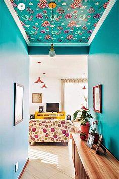 Na casa de Elis Gonçalves, m uitas c o res e es p í r i to v i ntage alegre . Deco Turquoise, Decoration Entree, Home Decoration, Diy Casa, Deco Boheme, Interior Decorating, Interior Design, Deco Design, Funky Design