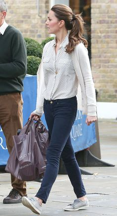 Shopping in London in a printed blouse, skinny jeans and gray Mint Velvet sneakers.