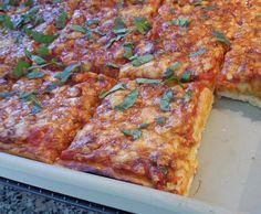 Thermifees pizza dough with durum wheat semolina – Pizza Margherita - Herzhaft Salami Pizza, Pesto Pizza, Pizza Thermomix, Pizza Dough, Pizza Hut, Quiches, Great Pizza, Chilli Recipes, Pizza Rolls