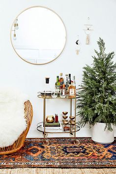 Bar Cart Ideas - There are some cool bar cart ideas which can be used to create a bar cart that suits your space. Having a bar cart offers lots of benefits. This bar cart can be used to turn your empty living room corner into the life of the party. Bar Cart Styling, Bar Cart Decor, Bohemian Living, Bohemian Style, Bohemian Rug, Boho Rugs, Bohemian House, Hippie Style, Bar Redondo
