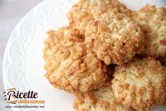 Una ricetta per fare dei biscotti gustosissimi e croccanti al cocco e riso soffiato. Uno tirerà l'altro.