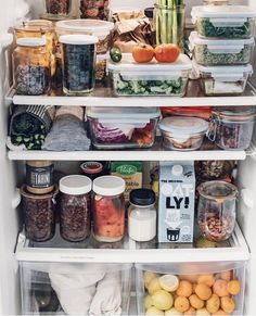 You can have you're kale and cookies too 👌🏻. Here is a little whole-food fridge prep inspiration for you today. With a container of cookies… Refrigerator Organization, Recipe Organization, Pantry Organization, Organized Fridge, Healthy Fridge, Healthy Smoothie, Whole Food Recipes, Healthy Recipes, Sustainable Living