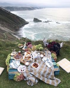 Picnic in the nature. Picnic on the beach. Picnic Date, Beach Picnic, Summer Picnic, Picnic Spot, Frozen Cocktail, Comida Picnic, Dream Dates, Romantic Picnics, Romantic Dinners