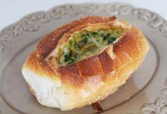 Pão assado com omelete. Mais