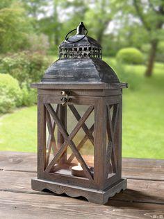 Holz in hellem Braunton, dezent gekalkt für nostalgische Optik, seitliche Glaseinsätzen, dunkles Metalldach - Große Laternenauswahl HIER!