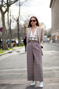 Showgoers Stepped up Their Collar Game on Day 8 of Paris Fashion Week - Fashionista Autumn Street Style, Street Style Looks, Cool Street Fashion, Paris Fashion, French Brands, Style Snaps, Everyday Look, Collars, Latest Trends
