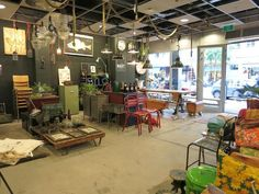 Gekaapt - Similar to Pop Up Shop Jan Eef, the new space hosts a revolving cast of small businesses, producers, artists and artisans. The coffee bar offers drinks, sweet treats and lunch. Try their tasty tostis or enjoy a fresh juice.- Awesome Amsterdam