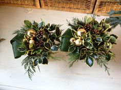 Klassiek kerststuk in pot met goud, hulst en dennenappels