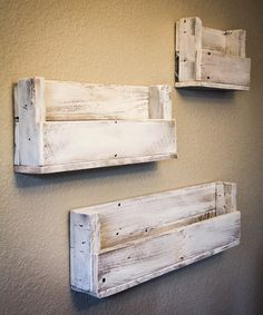 Look at this Whitewash Reclaimed Wood Staggered Bookshelf - Set of Three on today! Look at this Whitewash Reclaimed Wood Staggered Bookshelf - Set of Three on today! Wooden Pallet Projects, Pallet Crafts, Diy Pallet Furniture, Woodworking Projects Diy, Wood Bookshelves, Pallet Shelves, Reclaimed Wood Shelves, Palette Deco, Diy Holz