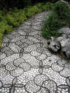 Je kan natuurlijk een 'gewoon' grindpad maken, maar hieronder staan wat voorbeelden met grindmozaiëk. Wel veel werk, maar erg bijzonder! ...