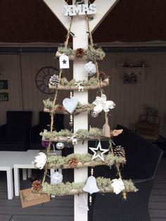 Kerstboom van berkentakken, mos en touw, versierd met allerlei kersdecoratie en natuurlijk lampjes