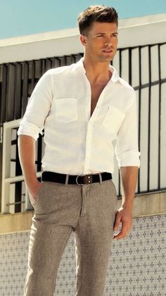 Spring / Summer - Casual Style - Beach Style - Party Look - classic collar cropped white shirt + light brown linen pants + brown leather flip flops + brown leather belt Casual Chique, Casual Wear, Men Casual, Casual Menswear, Dress Casual, Casual Pants, Sharp Dressed Man, Well Dressed Men, Fashion Moda