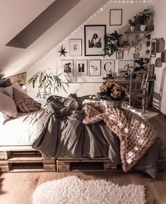 Room decor - 35 dorm room essentials create a stylish space for lounging, studying & sleeping 24 Room Ideas Bedroom, Bedroom Inspo, Bedroom Decor, Teen Bedroom, Bedroom Inspiration, Ideas For Bedrooms, Bedroom Ideas For Small Rooms Cozy, Master Bedroom, Tumblr Bedroom