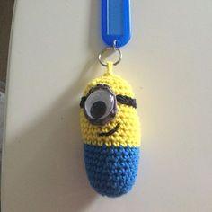 Så fik jeg hæklet endnu en minions nøglering  flere har spurgt efter opskriften, jeg har derfor nu lagt den op på min nye fb side #CarinasCreativeCorner  #hækle #hæklet #hækling #minions #hækletminion #hækletminions #crochetminions #nøglering #keychain #crochet #diy #fødselsdag #fødselsdagsgave #homemade #hæklehæklehækle
