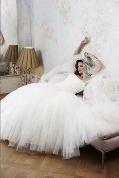 un precioso vestido de novia blanco