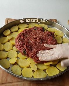 Good evening ❤ tray kebab lover var There are many types of potatoes made in this way is very delici Meat Steak, Bbq Meat, Meat Recipes, Cooking Recipes, Minced Meat Recipe, Crockpot Meat, Kebab, Middle Eastern Recipes, Iftar