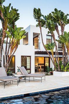 Atmosfera tropical com piscina e palmeiras. (Foto: Home Adore)