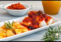 Cod with Majorcan Sausage. Cod cooked with Majorcan sausage and honey and served with apples (in Spanish) Seafood Recipes, Chicken Wings, Lasagna, Carne, Cod, Sausage, Cooking, Ethnic Recipes, Apples