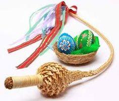 Pomlázka je spletena až z dvaceti čtyř proutků a je obvykle od půl do dvou metrů dlouhá a ozdobená pletenou rukojetí a barevnými stužkami.