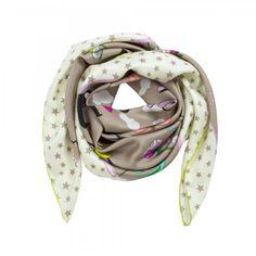 Wat een plaatje deze glanzende sjaal in beige met opvallende opdruk van het logo van het razend populaire merk Codello. Ook de sterretjes print is helemaal trendy!