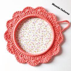 Marco a crochet para telas o fotos Nova, Decorative Plates, Tapestry, Home Decor, Weaving, House Decorations, Presents, Crocheting, Pictures