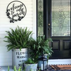 Many people love spending time sitting outdoors or just sitting on their front porch. The front porch is the first part of the home that everyone sees. Small Front Porches, Farmhouse Front Porches, Front Porch Design, Decks And Porches, Farmhouse Outdoor Decor, Front Porch Garden, Front Porch Flowers, Summer Front Porches, Modern Farmhouse