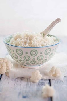 Bowl of cauliflower rice and cauliflower florets on cloth and wood Tasty Vegetarian Recipes, Healthy Recipes, Resistant Starch Foods, How To Reheat Rice, Zucchini Ravioli, Starchy Foods, Food Trends, How To Eat Less, Vegetarian Recipes