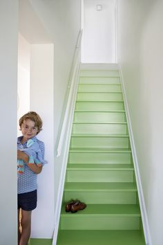 Geen tapijten, ééd vloer en een donker plafond: authorities ve. Painted Staircases, Painted Stairs, Room Partition Designs, Interior Decorating Tips, House Stairs, Stair Railing, Basement Remodeling, Christmas Tree Decorating Tips, House Painting