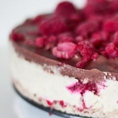 DOUBLE TAP IF YOU WANT A BITE  ----------------------------------------------------- Link in bio!  Deze no-bake witte chocolade-frambozen cheesecake is helemaal vegan geraffineerd suikervrij glutenvrij en lactosevrij. Gewoon voor wie dat wil of nodig heeft.  Recept? Dat staat op mijn blog. De link staat in mijn bio.  Bon appetit!  #glutenvrij #lactosevrij #vegan #veganistisch #vegetarisch #vegetarian #chocolate #chocola #sugarfree #suikervrij #yum #foodporn #lactosefree #glutenfree #healthy…