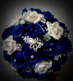 """Buquê de flores em azul royal e off-white com broches prateados, pérolas, strass e outros adereços. <br> <br>Os buquês são personalizados e montados de acordo com o gosto da noiva. <br> <br>Eles são únicos sendo que nunca existirá um buque idêntico ao outro. <br>Composto de broches em tons de prata cravejados em strass, flores de cetim e pérolas. <br> <br>Possui 24cm diâmetro <br> <br>A escolha do buquê de noiva é tão importante quanto a escolha do vestido. <br>O """"Bouquet de Broches"""" é uma… Luxury Wedding, Dream Wedding, Wedding Day, Blue Wedding, Wedding Flowers, Bride Bouquets, Here Comes The Bride, Off White, Beautiful Dresses"""