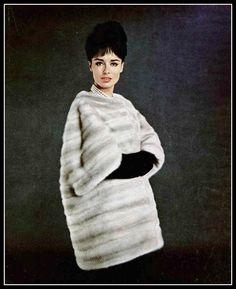 Sondra Peterson in Morning Light EMBA mink coat by Christian Dior, photo by Jacques Decaux, 1961 Jean Shrimpton, Vintage Fur, Vintage Glamour, Twiggy, Vintage Outfits, Vintage Fashion, Retro Outfits, Smart Set, Fabulous Furs