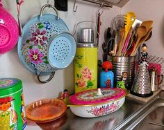 Could this small kitchen space be any brighter or more fun? Home Decor Kitchen, New Kitchen, Home Kitchens, Estilo Kitsch, Deco Boheme, Deco Table, Kitchen Colors, Boho Decor, Bohemian Decorating