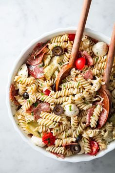 Whip up any one of these easy pasta salad recipes for your summer picnic, potluck, or barbecue — and watch it be the first bowl to go empty. Easy Pasta Salad Recipe, Pasta Recipes, Cooking Recipes, Dinner Recipes, Tortellini, Orzo, Cold Pasta Dishes, Oxtail Recipes, Pasta Salad Italian