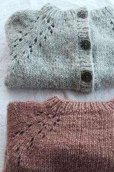 Denne lille samling indeholder både opskriften på stjernehimmelsweater og cardigan, samt hverdagssweater og cardigan i ministørrelser Alle modellerne strikkes oppefra og ned med mønster eller raglan udtag, som former ærmerne. Sweater og cardigan er perfekt til både store og små, hverdag og fest. Størrelser 9-12 mdr (1 Baby Sweater Knitting Pattern, Baby Hats Knitting, Knitting For Kids, Baby Knitting Patterns, Crochet Pattern, Knitted Hats, Knit Crochet, Drops Design, Baby Barn