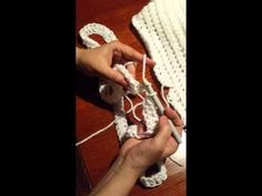 Snood au crochet à effet tricot Artisanat du Nord Assembly of a half-bridle crochet snood using an elastic method, executed with a cotton half-bridle. Art Au Crochet, Crochet Snood, Crochet Diy, Crochet Chart, Crochet Stitches, Crochet Classes, Crochet Videos, Bride Crochet, Pinterest Crochet