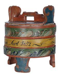 """Amber med orig. malt dekor og tekst: """"Denne Bord Dÿlle er Astri Mekkelsdatter, Strand tilhørende, Aaret 1852"""". (H:33cm)"""