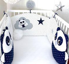 Un tour de lit aux couleurs très tendance, blanc, bleu marine et une touche de gris Tissus faces en coton, bleu marine à petites étoiles blanches, blanc à petits coeurs bleu m - 20474782