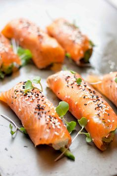 Eat your kefir cheese with creativity! Along with smoked salmon, avocado, sesame seeds, this probiotic sushi is a brain food to support mental functions. Keto Snacks, Snack Recipes, Beef Recipes, Paleo Appetizers, Easy Recipes, Salmon Wrap, Smoked Salmon, Salmon Avocado, Smoked Beef