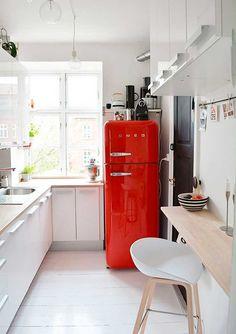 фото маленькой белой кухни с красным холодильником