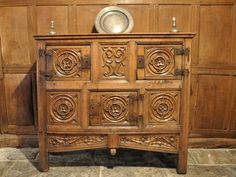 A MAGNIFICENT AND IMPORTANT ENGLISH TUDOR OAK AUMBRY. ENGLISH. CIRCA 1525. - CUPBOARDS