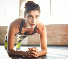 Determined young woman performing plank position in gym Body Challenge, Fitness Diet, Fitness Motivation, Health Fitness, Fitness Gear, Loose Weight Food, Best Running Gear, What Is Ketosis, Muscle Girls